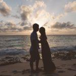 浜辺で向き合うカップル