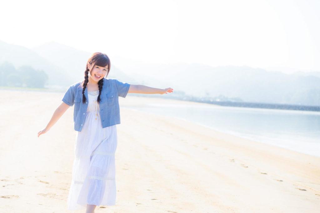 海と砂浜と爽やかな女の子
