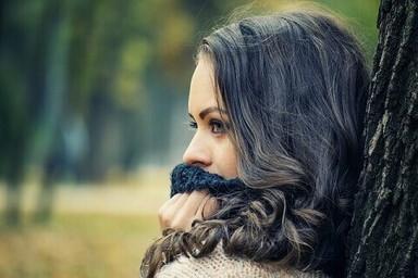 気になる男性に胸キュン仕草を見せ愛を成就させしてやったり顔をする女性