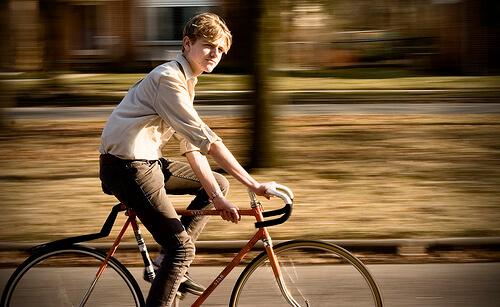颯爽とピストバイクに乗ってこちらをみる青年