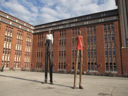 足の長い男女の巨大な彫刻