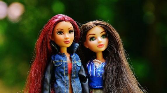 赤い髪と茶色い髪をした2体の女の子の人形