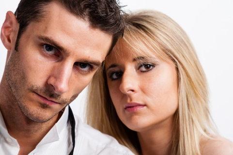 クールな表情でカメラ目線をしている外国人の男女