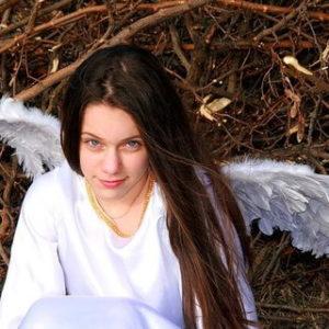 一人しゃがみこむ天使の格好をした少女
