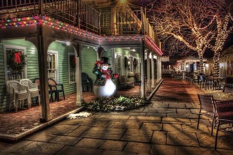 イルミネーション装飾をされた街中に佇むひとりぼっちのスノーマン