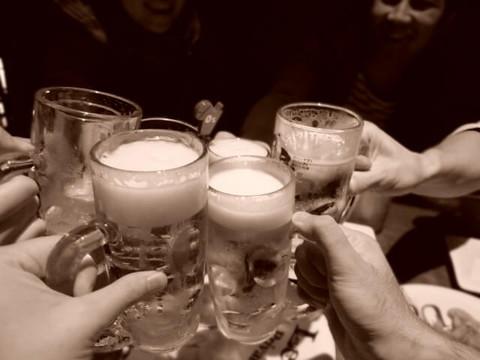 ビールを持ってみんなで乾杯