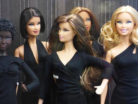 数種類の黒いドレスを着た5体のバービー人形