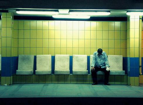 ベンチで独り俯いて座る残念な非モテ男性