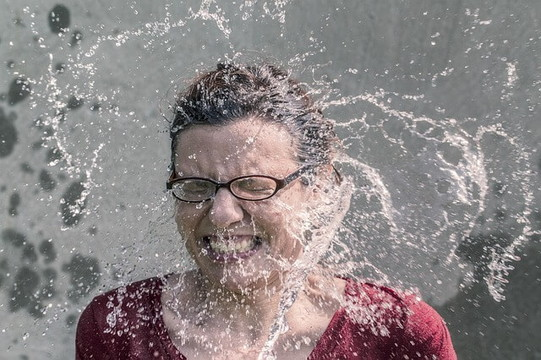 大量の水を顔面に受ける非モテ女性
