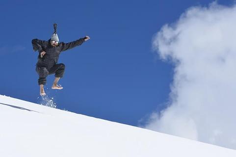 新年の抱負を雪山で声高らかに宣誓するテンションの高い男性