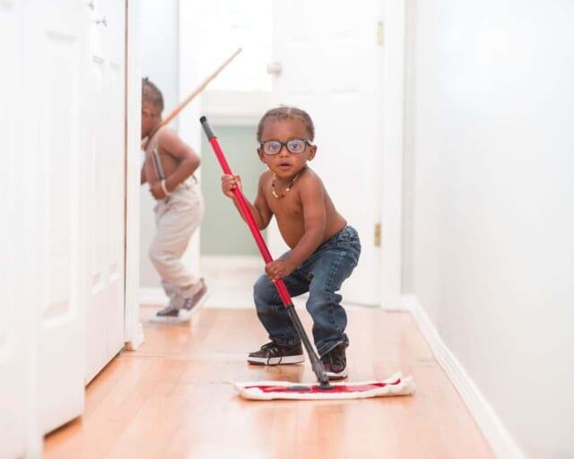 新年にむけて全力で廊下掃除をする男の子