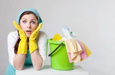 大掃除用をしたら早速幸運が舞い込んできてビックリした表情をしている女性