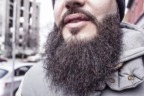 ジンクスを信じて毛を切らないでいたが最近良い事もないので美容院に向おうとしている男性