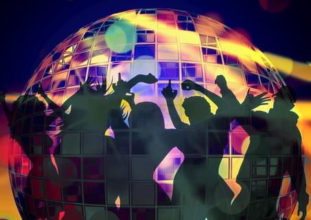新年からイベントに出掛け新たな出会いに喜び踊り合う男女達