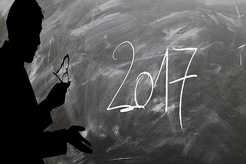2017と黒板に書き込み年末に一年を振り返ってみる男性