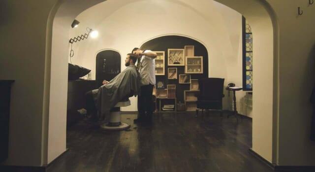 気分一新のため年末に散髪をしてもらっている男性