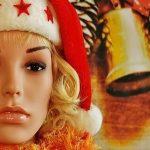 サンタ帽を被った外国人女性のマネキン