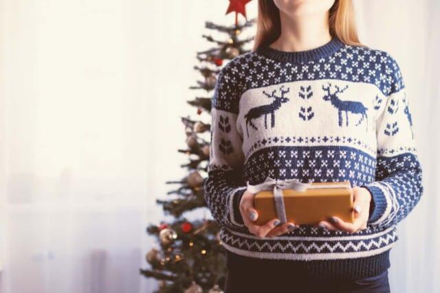 男性からのクリスマスプレゼントを受け取った女性の画像です