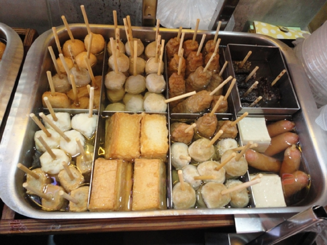 寒い冬の代名詞、鍋に入った数種類のおでんから大好物を選ぶ