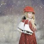 雪が降る中で別れを感じさせるような軽蔑した目をする少女