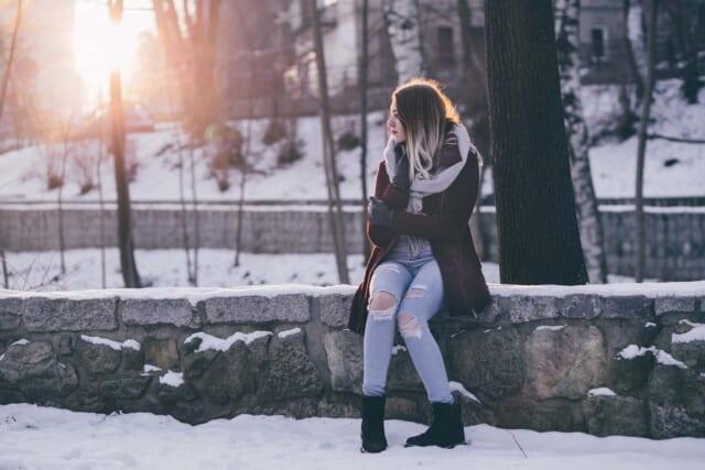 待ち合わせ場所まで行ったのにデートをキャンセルされて途方に暮れる女性