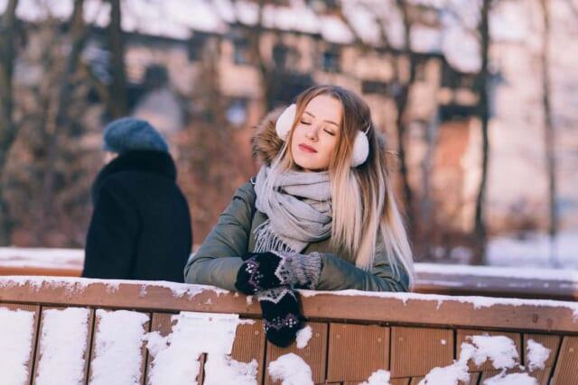 女性らしい冬の小物を上手に使い男性ウケのよいファッションをする女性