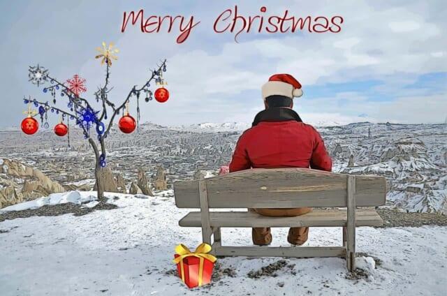 クリスマスに恋人と別れてしまいベンチに座りたそがれる男性