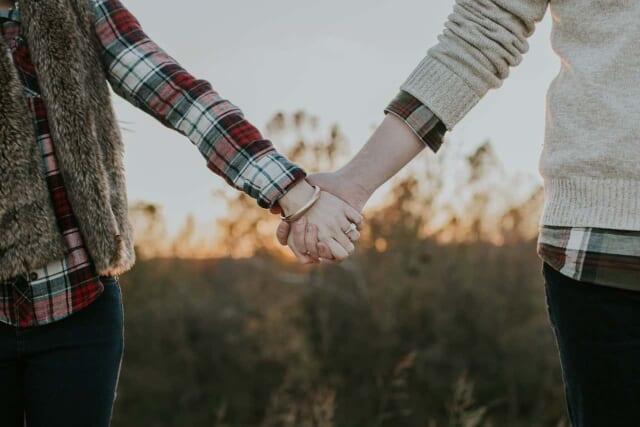 お正月休みにジックリ話し合い復縁を決め手をつなぐカップル