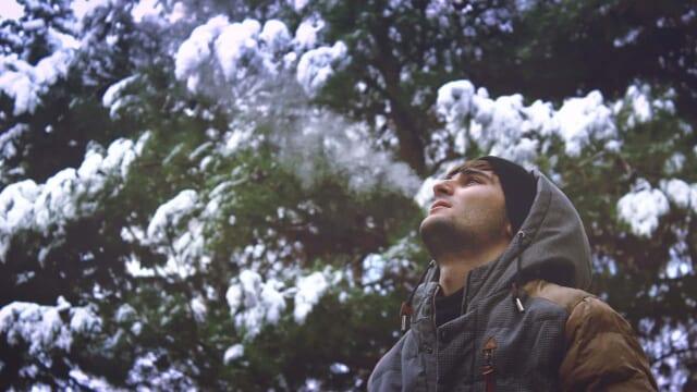 恋人と別れ自分のためだけに時間を使い冬の一人旅をして満喫する男性
