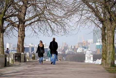穏やかでしあわせそうな雰囲気を醸し出す冬の公園を散歩するカップル