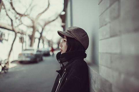 寒空の下で今日の彼氏の服装はどんなのかを想像しながら待っている健気な女性