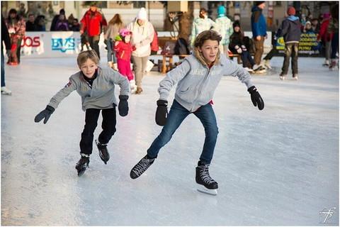 スケートリンクではしゃぎ過ぎて追突しそうになっている男の子