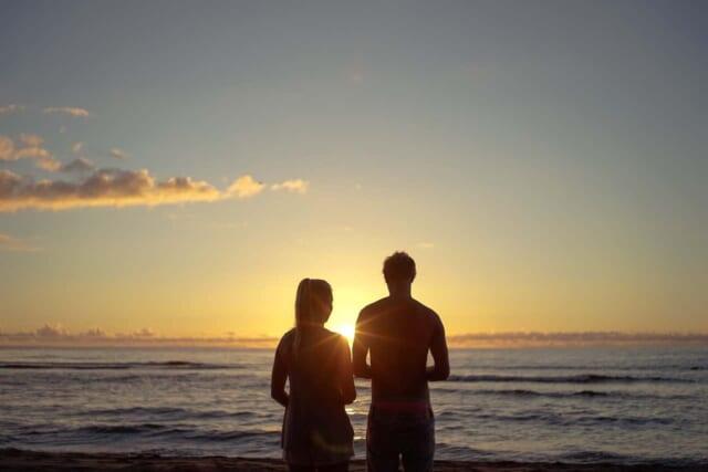 初日の出を眺めるカップル