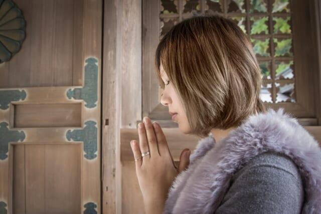 正月の定番行事の初詣で縁起が良い一年になるように参拝