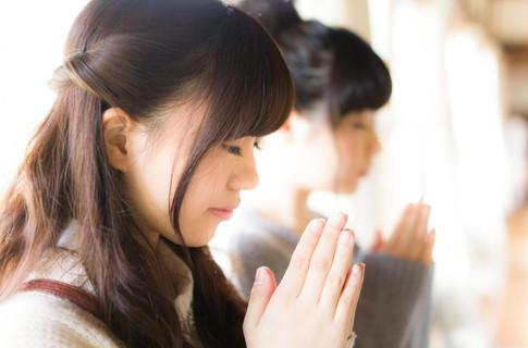 素敵な彼氏ができますようにと初詣で恋愛祈願する恋活中の女性
