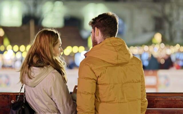 男性の対応から脈ありか脈なしかを見分けようとする女性