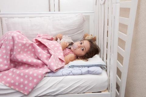 風邪を引きベッドで寝てるところに嬉しい差し入れを発見した少女