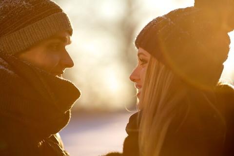 見つめ合い恋の予感を感じさせる恋人未満友達以上の男女