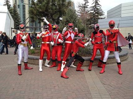 全員で赤い衣装を着て結束力の良さを見せる男女のグループ