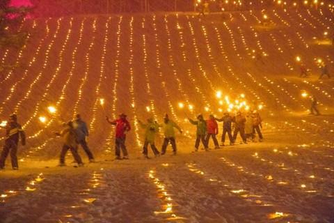 ナイター営業中のスキー場イベントでたいまつ滑走をして恋人との思い出作り