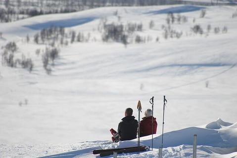 仲良く並び雪山を眺める恋活の聖地ゲレンデで見事にカップル成立した男女