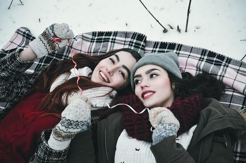 雪の日に男性ウケしそうな冬の装いをしてるお洒落な女性
