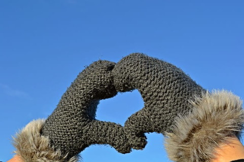 バレンタイン告白が成功するように冬場の青空に向ってハートマークを作りおまじない