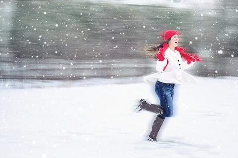 雪が降ってテンションが上がり走り回ってる女性を見て可愛いらしいなと胸キュン