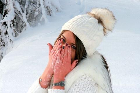色々な後押しがあって冬場に恋が成就して喜びを隠せない女性