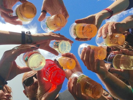 プレミアムフライデーを利用して明るい時間から友人たちとお酒で乾杯