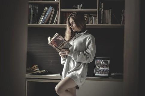 読書をしている姿が自然体で好感度の高い女性