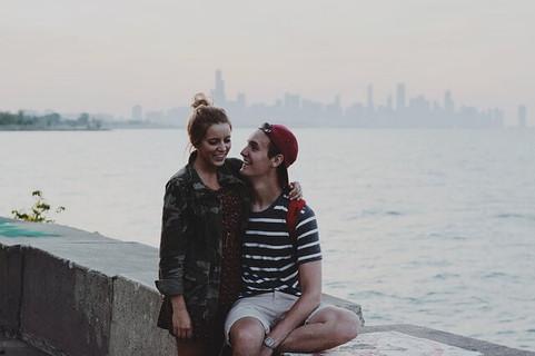 充実したプレミアムな余暇を過ごして最高の笑顔を浮かべるカップル