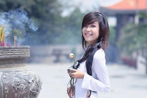 笑顔効果で実年齢よりも若く見られる女性