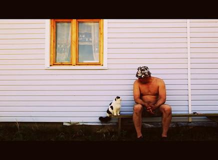 ご主人様の話に耳をかたむけてじっと見つめる聞き上手な猫